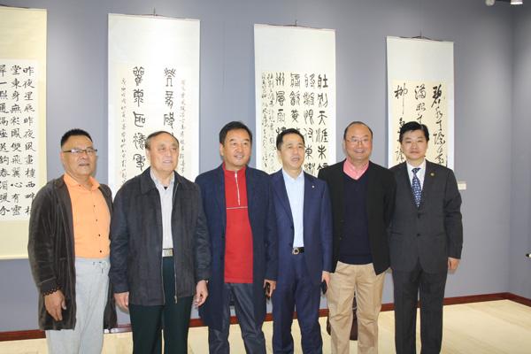 图为(右起)汪碧刚、罗勤、陈春江、长啸、杨念成等在展览现场合影留念。